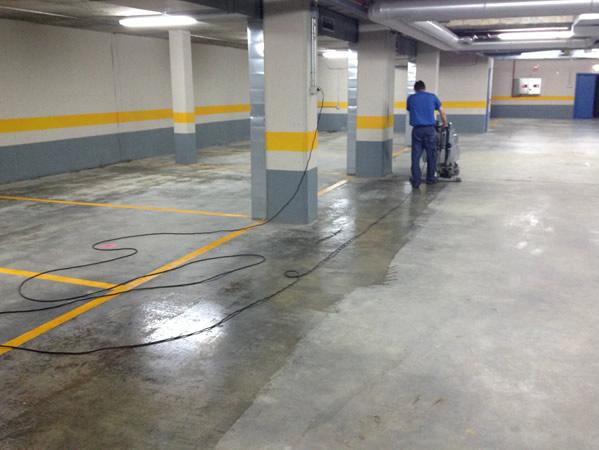 Fregado pavimento mediante máquina rotativa