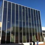 Limpieza de cristales con sistema fast water en fachada de Expanda Logistica