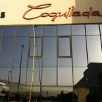 Limpieza de cristales con sistema fast water en fachada de Suministros Cogullada