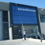 Limpieza de cristales con sistema fast water en fachada Zarareformas